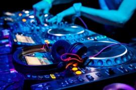 DJ's animam as noites de carnaval do Camarote Bar Brahma
